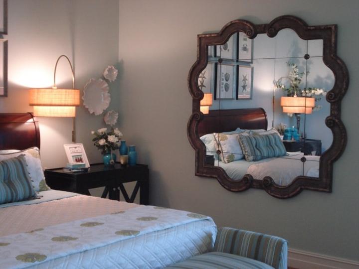 Gương soi không nên nằm đối diện giường ngủ khiến cho bạn hay bị mất ngủ, bất an